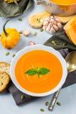 El otoño de la caída asó la sopa anaranjada de la zanahoria de la calabaza con ajo Imágenes de archivo libres de regalías