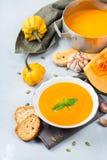El otoño de la caída asó la sopa anaranjada de la zanahoria de la calabaza con ajo Foto de archivo