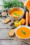 El otoño de la caída asó la sopa anaranjada de la zanahoria de la calabaza con ajo Fotografía de archivo