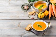 El otoño de la caída asó la sopa anaranjada de la zanahoria de la calabaza con ajo Foto de archivo libre de regalías