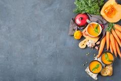 El otoño de la caída asó la sopa anaranjada de la zanahoria de la calabaza con ajo Fotos de archivo libres de regalías