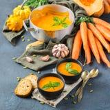 El otoño de la caída asó la sopa anaranjada de la zanahoria de la calabaza con ajo Fotografía de archivo libre de regalías