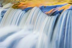 El otoño, enlace baja cascada fotografía de archivo libre de regalías