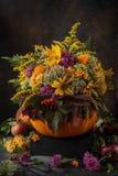 El otoño hermoso florece el ramo en calabaza Todavía de la caída vida Imágenes de archivo libres de regalías