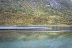 El otoño reflector del río azul brillante coloreó la cuesta de montaña adentro rapadalen el paisaje Suecia del valle Imagen de archivo libre de regalías