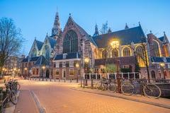 El Oude ChurchDe Oude Kerk en Amsterdam, Países Bajos Fotografía de archivo libre de regalías