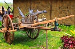 El oxcart de madera del carro del buey del vintage exhibe aire libre en el prado cultural del parque fotos de archivo