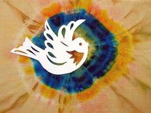 El pájaro cortó del Libro Blanco en fondo colorido Imágenes de archivo libres de regalías