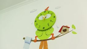 El pájaro del reloj de paredes almacen de metraje de vídeo