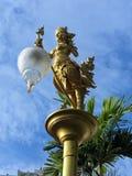 """El pájaro femenino mítico con una cabeza humana llamó el  del """"Kinnaree†que sostenía la lámpara Fotos de archivo"""