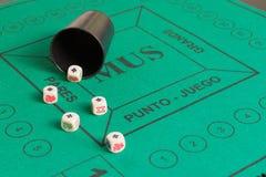 El póker cinco corta en cuadritos de ases y del cubilete foto de archivo