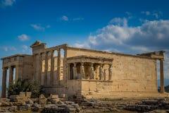 El pórtico de las cariátides en el Erechtheion en la acrópolis o fotos de archivo libres de regalías