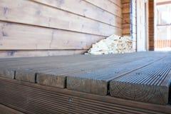 El pórtico de una nueva casa de madera fotos de archivo