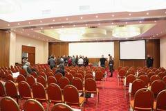 El público sale del pasillo en EXISTENCIAS de la conferencia en RUSIA Foto de archivo libre de regalías
