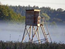 El púlpito del púlpito del cual el cazador mira hacia fuera para el juego fotos de archivo