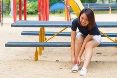 El paño casual del desgaste adolescente sano asiático calza el lazo de la cuerda Imagen de archivo libre de regalías