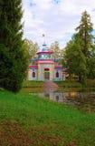 El pabellón conocido como - o el chino - la Verano-casa de crujido está situado en el banco pintoresco de una charca en Tsarskoye Fotografía de archivo