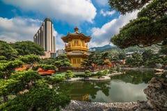 El pabellón de oro en Nan Lian Garden, Hong Kong Imágenes de archivo libres de regalías