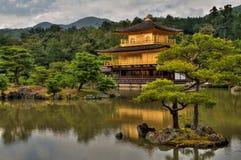 El pabellón de oro es un destino popular del turismo en Japón imagen de archivo