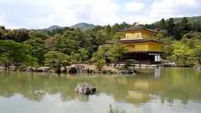 El pabellón de oro Kinkakuji del templo hermoso de Zen Buddhist