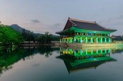 El pabellón reflejó en un lago del palacio de Gyeongbokgung en la noche i Foto de archivo