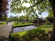 El pabellón y la charca en el Keukenhof real parquean Imagenes de archivo