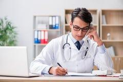 El paciente asesor del doctor sobre el teléfono imagen de archivo