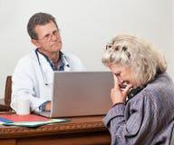 El paciente de la mujer consigue malas noticias en Office del doctor Foto de archivo libre de regalías