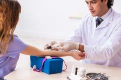 El paciente femenino durante procedimiento de muestreo del an?lisis de sangre fotografía de archivo libre de regalías