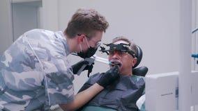 El paciente hace un sello en el diente almacen de video