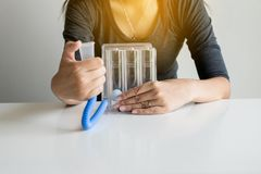 El paciente que usa incentivespirometer o tres bolas para estimula el pulmón foto de archivo