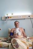 Paciente que se sienta en una cama Imágenes de archivo libres de regalías