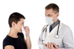 El paciente se queja al doctor de la enfermedad foto de archivo libre de regalías