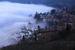 El paddyfield de la terraza de Hani y su aldea Foto de archivo