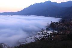 El paddyfield de la terraza de Hani y su aldea Imagen de archivo libre de regalías