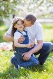 el padre abraza a su pequeña hija imagenes de archivo