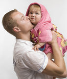 El padre besa a su pequeña hija del bebé Fotografía de archivo libre de regalías