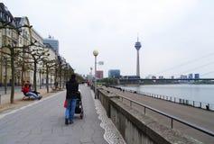 El padre camina a su bebé en la 'promenade', Düsseldorf foto de archivo