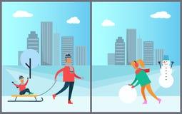 El padre Carrying Child en mujer del trineo hace el muñeco de nieve Imagenes de archivo