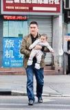 El padre chino lleva a su hijo joven, Chongqing, China Fotografía de archivo
