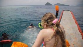 El padre con la hija joven nada en el mar almacen de video