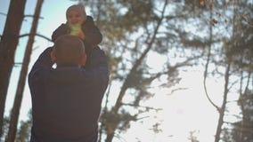 El padre da vuelta a su hijo en sus brazos metrajes