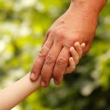 El padre de la familia y el hijo del niño da la naturaleza al aire libre foto de archivo libre de regalías