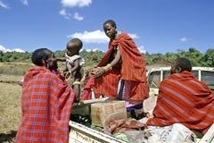 El padre de Maasai recibe a la hija cariñosamente después de viaje Fotos de archivo libres de regalías