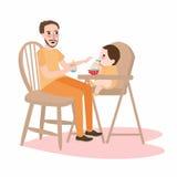 El padre del papá da la comida a su bebé del niño pequeño, tiene una comida de desayuno que se sienta en trona de los niños Imágenes de archivo libres de regalías