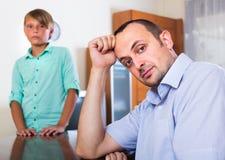 El padre después de discute con el hijo adolescente Imagen de archivo libre de regalías