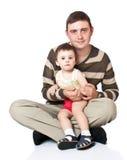 El padre detiene al hijo en las manos Fotos de archivo libres de regalías