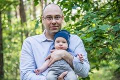 El padre detiene a su hijo Foto de archivo libre de regalías