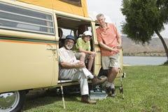 El padre, el hijo y el nieto en Campervan se preparan para ir a pescar Imagen de archivo libre de regalías
