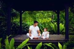 El padre enseña al hijo a encontrar el equilibrio interno fotos de archivo libres de regalías